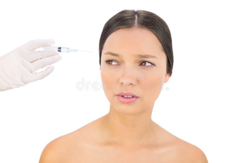 Ongerust gemaakt naakt model die botox injectie hebben stock foto's