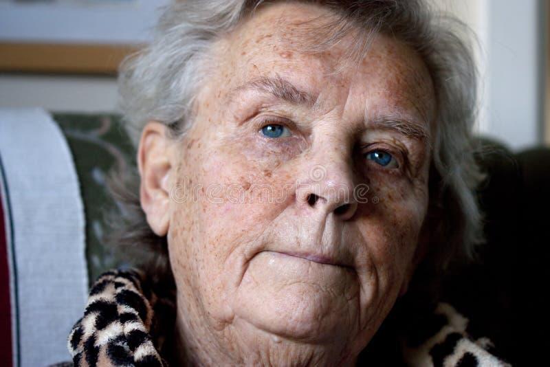 Ongerust gemaakte bejaarde dame stock fotografie