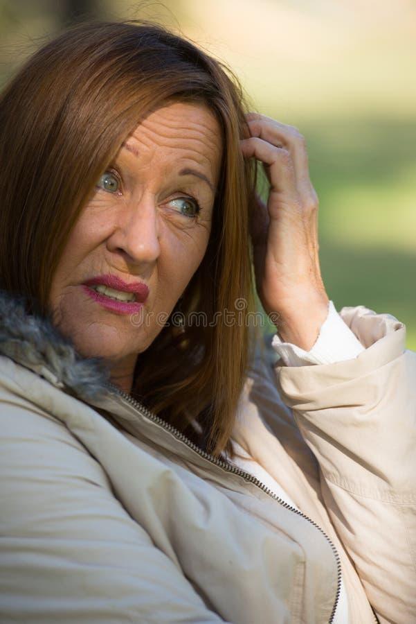 Ongerust gemaakte beklemtoonde aantrekkelijke rijpe vrouw royalty-vrije stock afbeeldingen