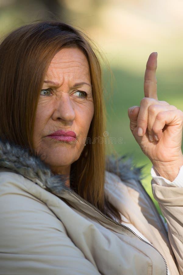 Ongerust gemaakte beklemtoonde aantrekkelijke rijpe vrouw stock afbeelding