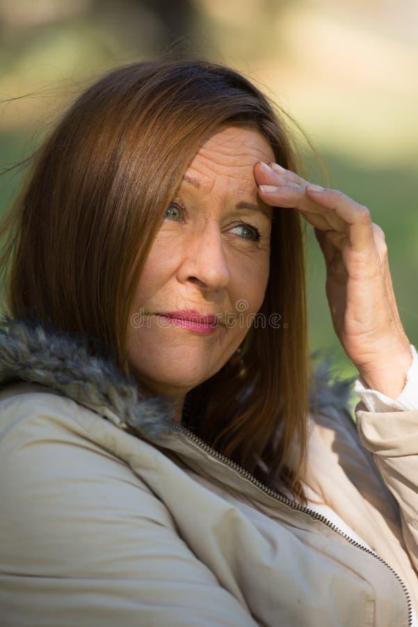 Ongerust gemaakte beklemtoonde aantrekkelijke rijpe vrouw royalty-vrije stock fotografie