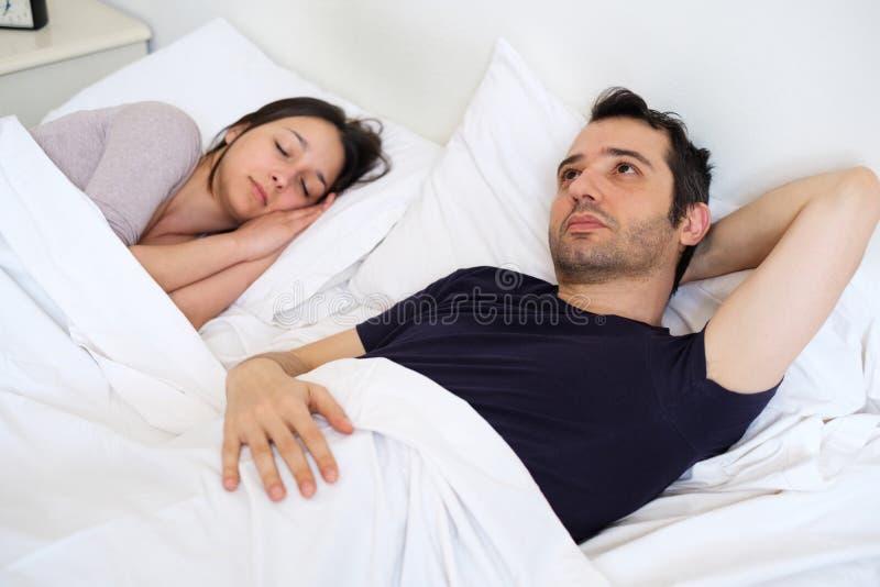Ongerust gemaakte de mens kan de slaap van ` t en lijdt aan slapeloosheid royalty-vrije stock afbeeldingen
