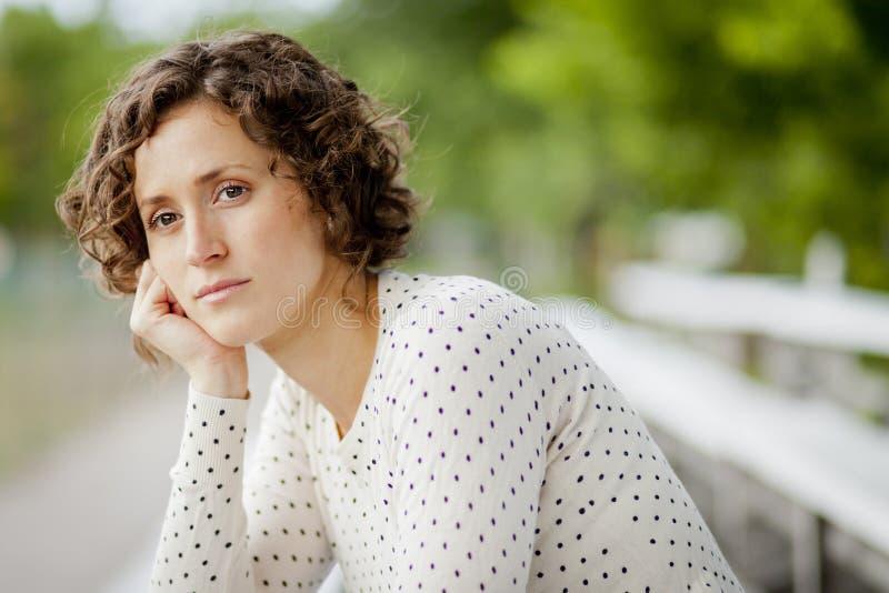 Ongerust gemaakte die Vrouw in Gedachte wordt verloren stock foto's