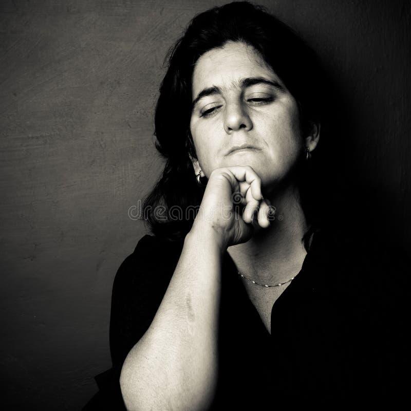 Ongerust gemaakte en gedeprimeerde vrouw stock fotografie