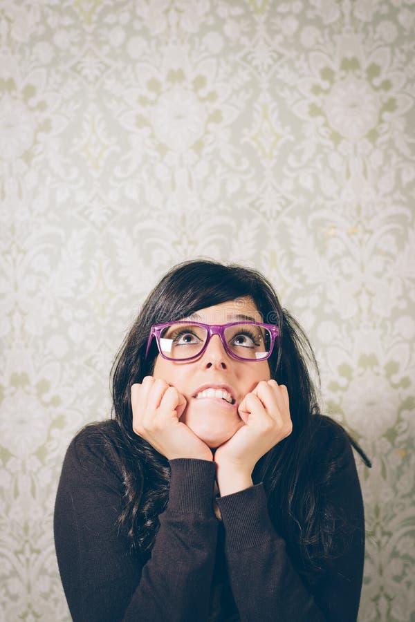 Ongerust gemaakte en zenuwachtige vrouw op probleem stock foto