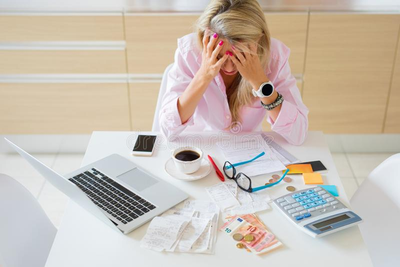Ongerust gemaakte huisvrouw die geldproblemen en rekeningen hebben om te betalen stock foto