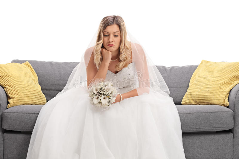 Ongerust gemaakte jonge bruidzitting op een bank royalty-vrije stock afbeelding