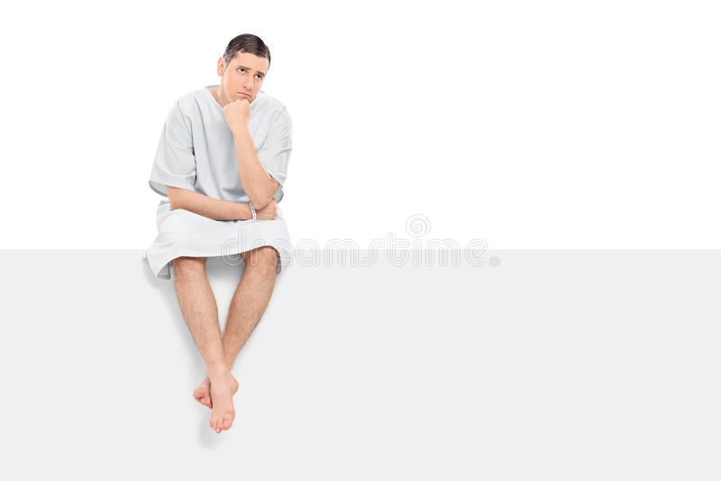 Ongerust gemaakte mannelijke geduldige zitting op een leeg paneel royalty-vrije stock fotografie