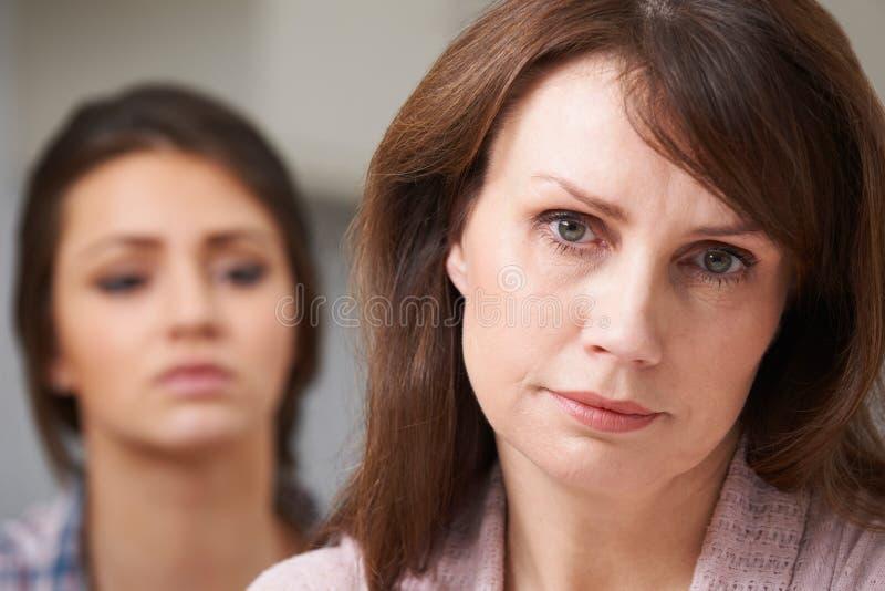 Ongerust gemaakte Moeder met Tienerdochter stock fotografie