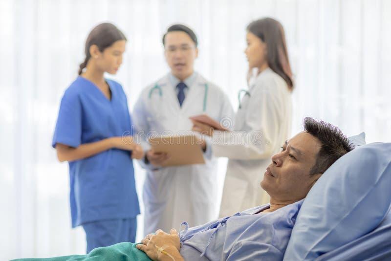 Ongerust gemaakte patiënt in bed royalty-vrije stock afbeeldingen