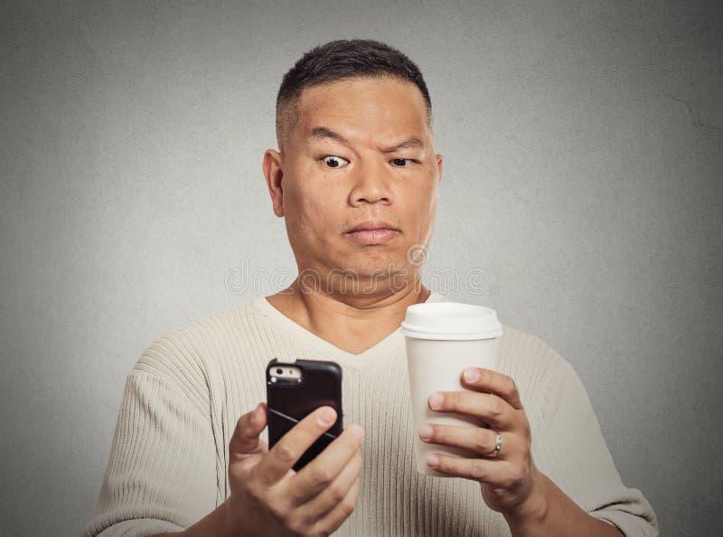 Ongerust gemaakte sceptische verraste mens die slecht nieuws sms op smartphone lezen royalty-vrije stock afbeelding
