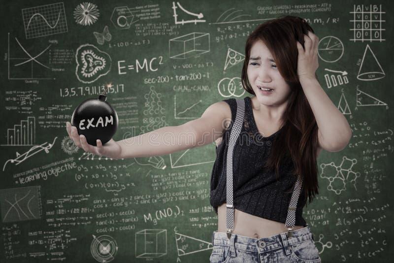 Ongerust gemaakte student met bom van examen royalty-vrije stock fotografie