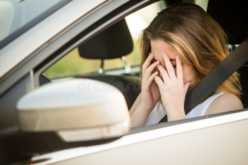Ongerust gemaakte vrouw in auto royalty-vrije stock fotografie