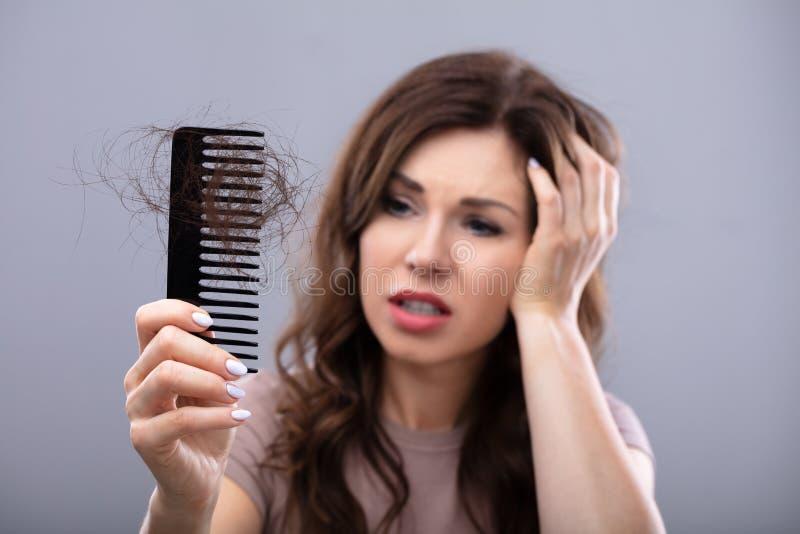 Ongerust gemaakte Vrouw die aan Hairloss lijden royalty-vrije stock afbeeldingen