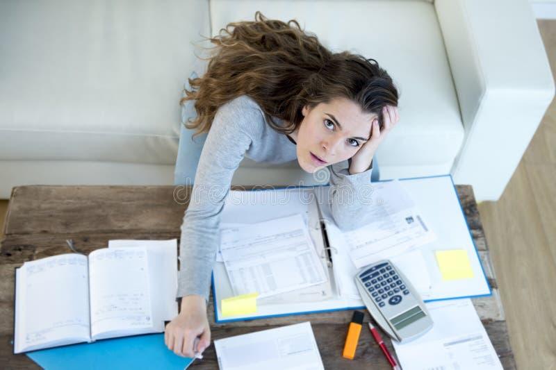 Ongerust gemaakte vrouw die aan spanning lijden die de de binnenlandse rekeningen en rekeningen van de boekhoudingsadministratie  stock afbeeldingen