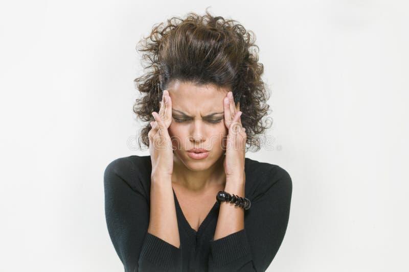 Ongerust gemaakte vrouw die haar hoofd houdt royalty-vrije stock foto