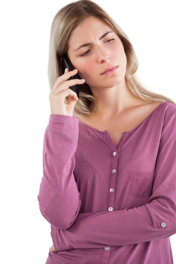 Ongerust gemaakte vrouw die op de telefoon spreken royalty-vrije stock foto's
