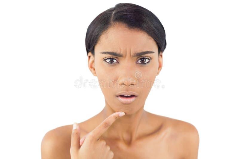 Ongerust Gemaakte Vrouw Die Op Rimpel Op Haar Kin Richten Stock Fotografie