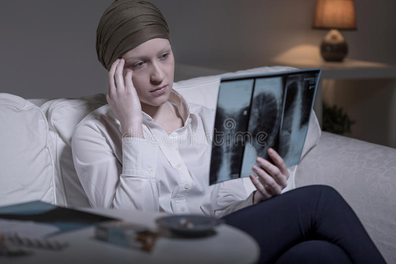 Ongerust gemaakte vrouw en röntgenstraal stock afbeeldingen