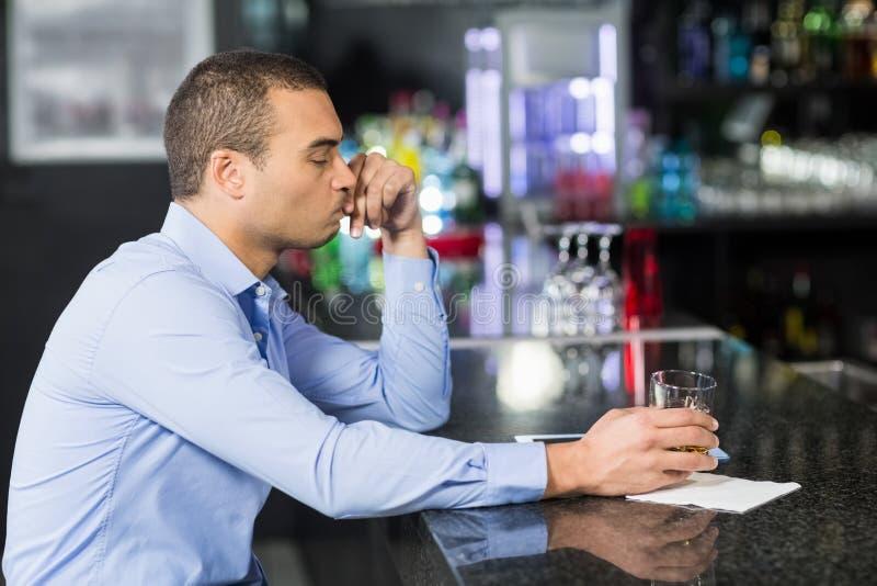 Ongerust gemaakte zakenman het drinken wisky stock foto