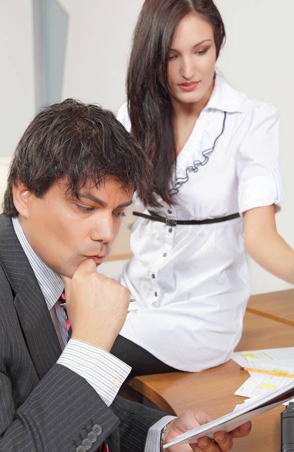 Ongerust gemaakte zakenman met zijn collega stock afbeelding