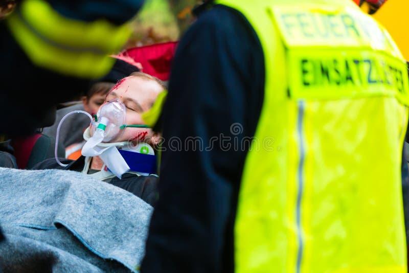 Ongeval - de brigade van de Brand, Slachtoffer met ademhalingsapparaat royalty-vrije stock afbeelding