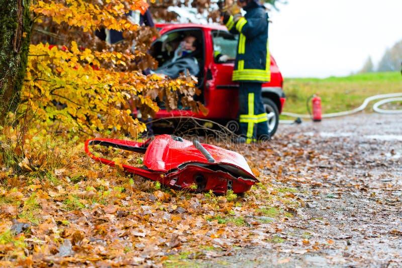 Ongeval - de brigade van de Brand redt Slachtoffer van een auto royalty-vrije stock afbeelding