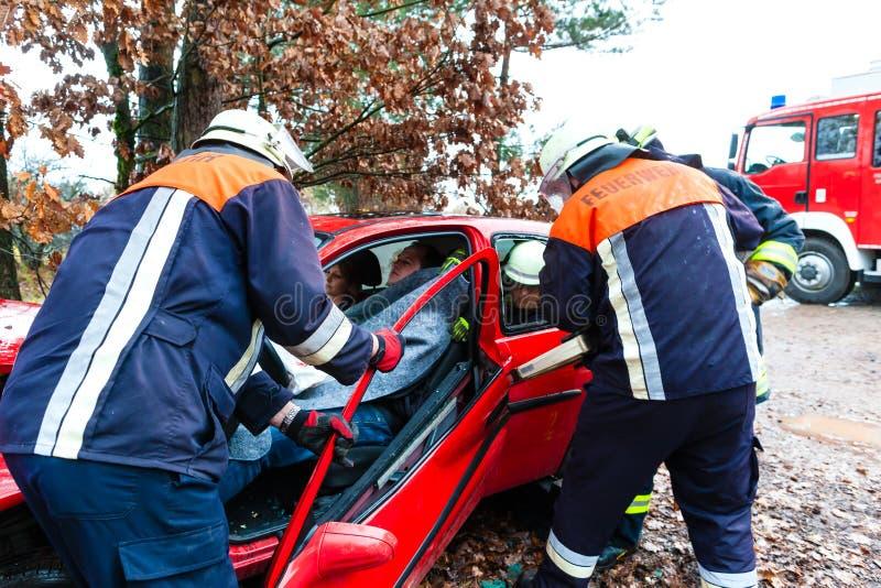 Ongeval - de reddingenslachtoffer van de Brandbrigade van een auto royalty-vrije stock foto's