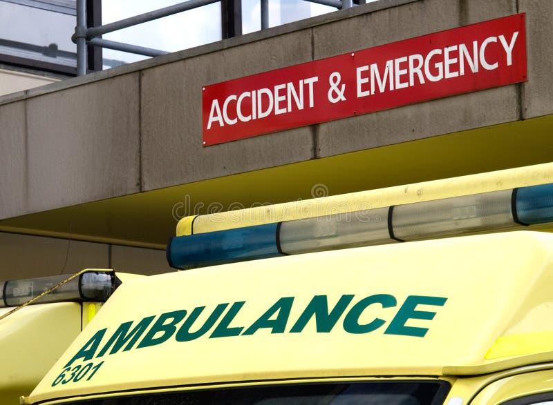 Ongeval en Noodsituatieteken met ziekenwagen wordt geparkeerd die onderaan royalty-vrije stock afbeelding
