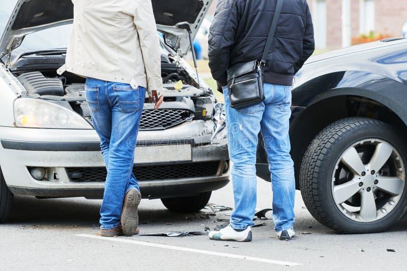Ongeval van de verkeers het automobiele neerstorting in stadsstraat stock afbeeldingen