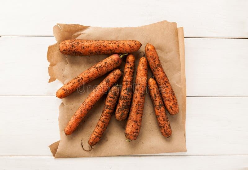 Ongewassen verse wortel op een stuk van ambachtdocument hoogste mening stock fotografie