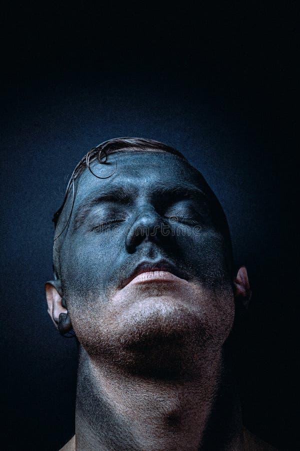 Ongewoon portret van een man in make-up Fashionable portret Kunstfoto verwerkt met toevoeging van lawaai Het lawaai is niet stock foto