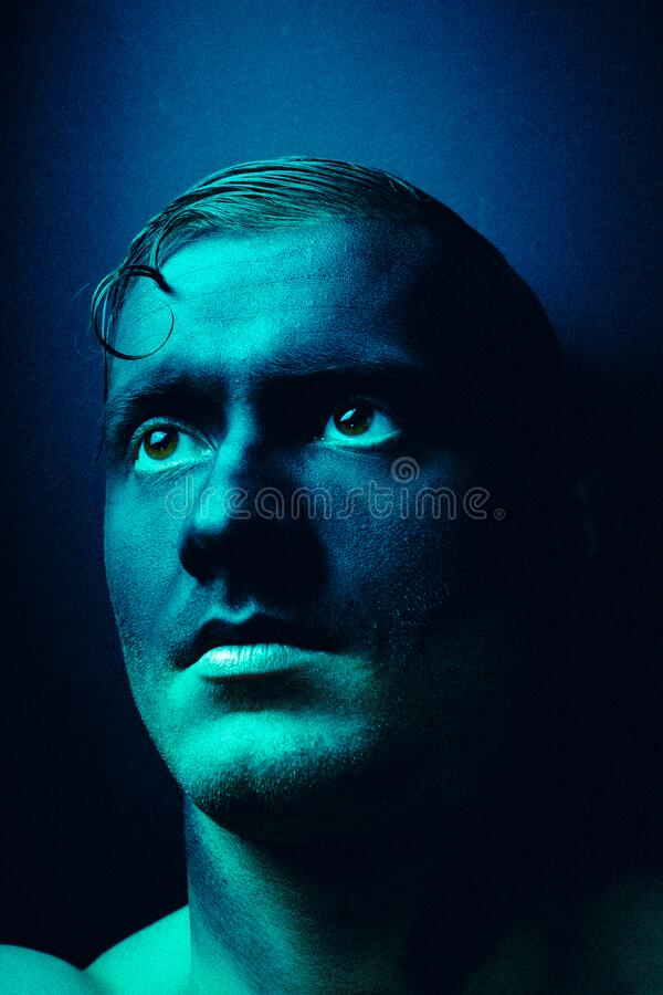 Ongewoon portret van een man in make-up Fashionable portret Kunstfoto verwerkt met toevoeging van lawaai Het lawaai is niet royalty-vrije stock afbeelding