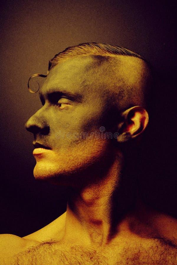 Ongewoon portret van een man in make-up Fashionable portret Kunstfoto verwerkt met toevoeging van lawaai Het lawaai is niet royalty-vrije stock foto's