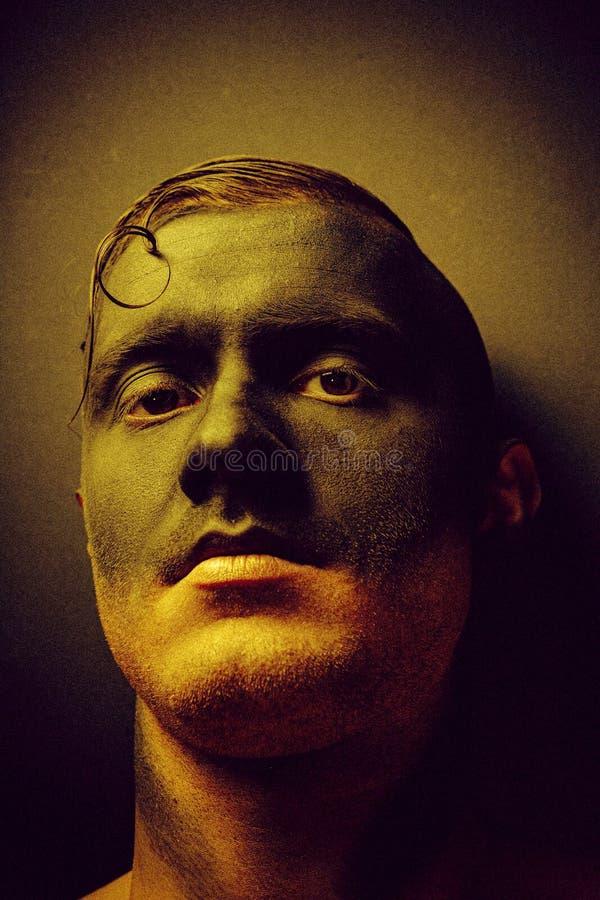 Ongewoon portret van een man in make-up Fashionable portret Kunstfoto verwerkt met toevoeging van lawaai Het lawaai is niet royalty-vrije stock afbeeldingen