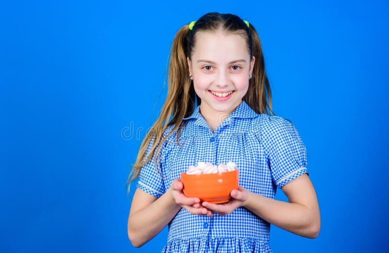 Ongezond Voedsel Het op dieet zijn en calorie Zoet tandconcept Gezond voedsel en tandzorg de gelukkige snoepjes van weinig kindli stock foto's