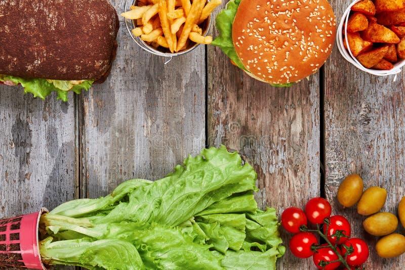 Ongezonde kost en verse groenten stock foto's