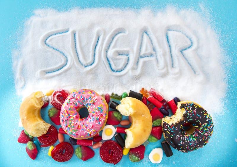 Ongezonde maar heerlijke groep zoete doughnutcakes en veel g stock foto