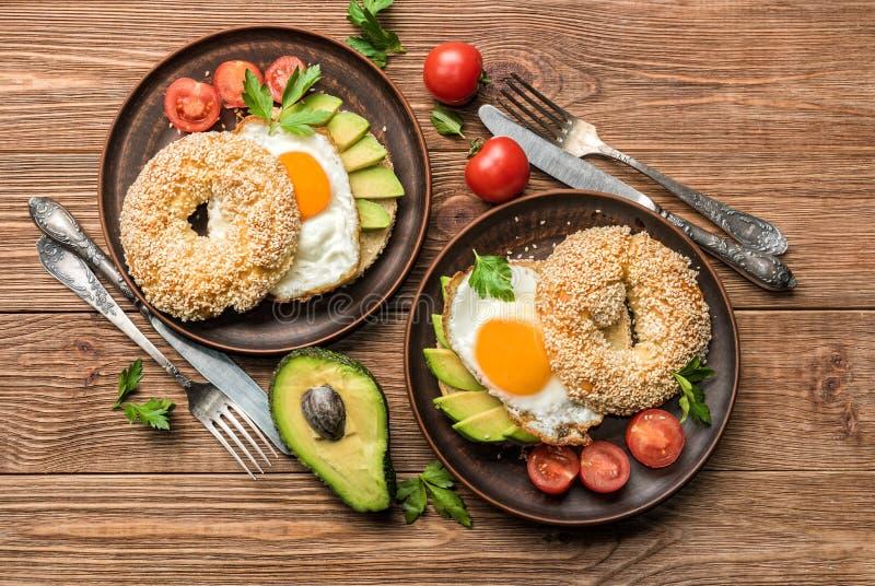 Ongezuurd broodje met avocado en ei stock afbeeldingen