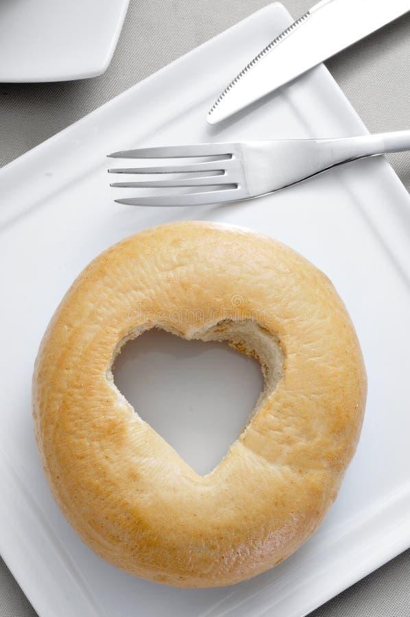 Ongezuurd broodje met een hart-vormig gat royalty-vrije stock foto
