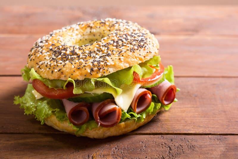 Ongezuurd broodje met ham stock afbeelding