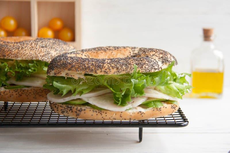 Ongezuurd broodje met kippenbroodje, groene salade en roomkaas stock fotografie