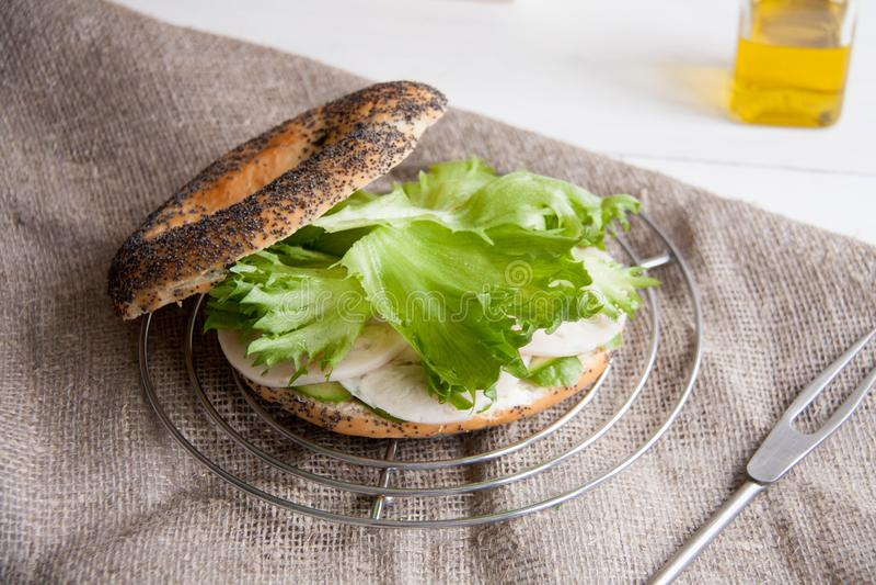 Ongezuurd broodje met kippenbroodje, groene salade en roomkaas royalty-vrije stock foto