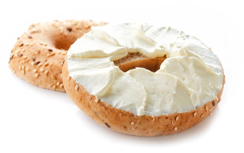 Ongezuurd broodje met roomkaas op witte achtergrond royalty-vrije stock afbeeldingen