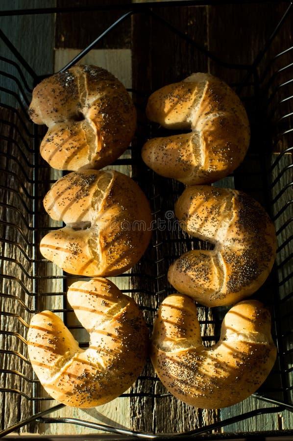 Ongezuurde broodjes met vlasbloem en papaver stock fotografie