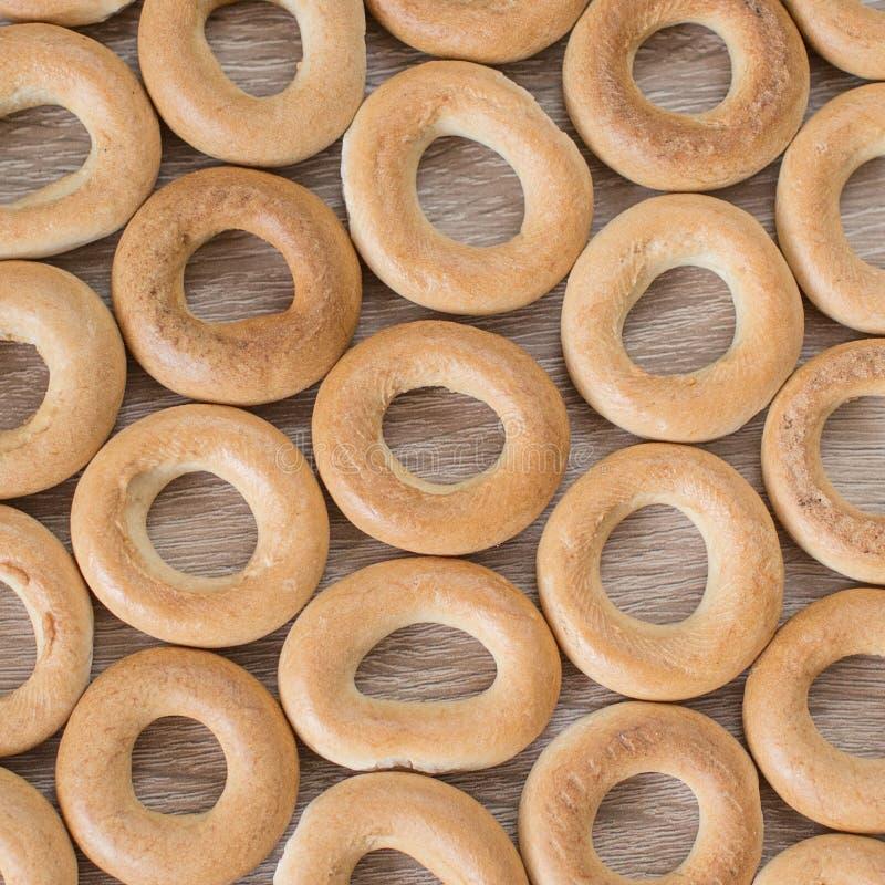 Ongezuurde broodjes op een houten achtergrond stock afbeelding