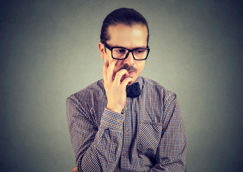 Ongles d'homme nerveux implorant quelque chose et soucieux acérés image stock