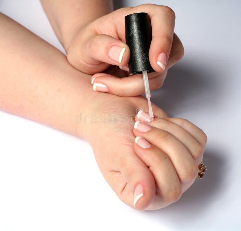 ongles de polissage de femme photo stock