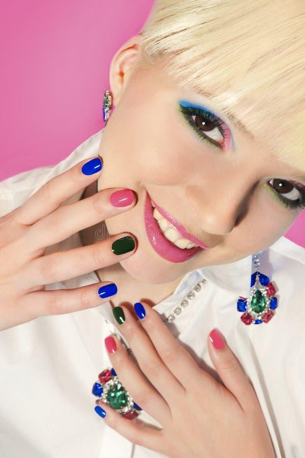 Ongles multicolores à la mode et maquillage de short de manucure image stock