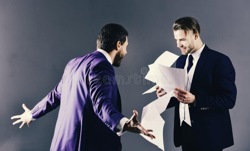 Ongunstig overeenkomstenconcept Mensen in kostuum of verwarde zakenlieden royalty-vrije stock foto